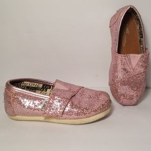 Tom's pink shoes